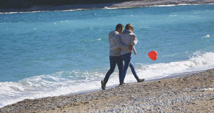 Couples une date marchant près de la mer Photographie stock