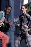Couples urbains heureux images libres de droits
