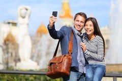 Couples urbains heureux de ville sur le voyage à Barcelone Photos stock