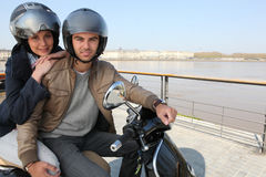 Couples urbains sur un scooter Images libres de droits