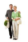 Couples : Utilisant des sacs de papier et d'épicerie de tissu Photographie stock libre de droits