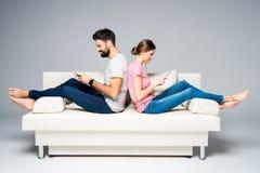 Couples utilisant des smartphones Photographie stock libre de droits