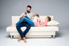 Couples utilisant des smartphones Photo libre de droits