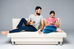 Couples utilisant des smartphones Image stock