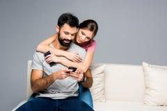 Couples utilisant des smartphones Photos libres de droits