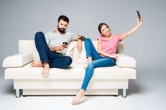 Couples utilisant des smartphones Photo stock