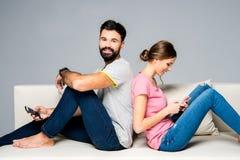 Couples utilisant des smartphones Photographie stock