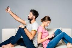 Couples utilisant des smartphones Photos stock