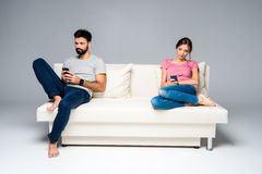 Couples utilisant des smartphones Images libres de droits