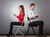 Couples utilisant des téléphones portables ne parlant pas Conflit photo stock