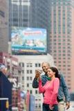 Couples utilisant l'appareil photo numérique Photos stock