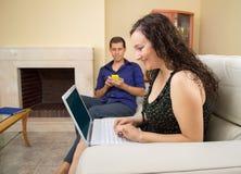 Couples utilisant l'Internet Photographie stock libre de droits
