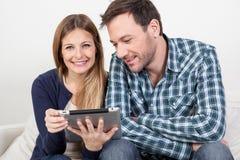 Couples utilisant l'ipad Photo stock