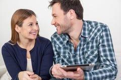 Couples utilisant l'ipad Images libres de droits