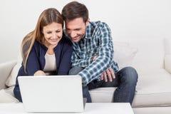 Couples utilisant l'ordinateur Image libre de droits