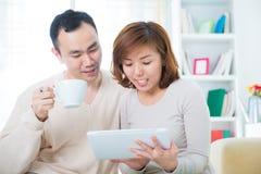 Couples utilisant l'ordinateur de tablette photo stock