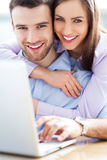 Couples utilisant l'ordinateur portable Photos libres de droits