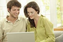 Couples utilisant l'ordinateur portatif Images libres de droits