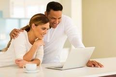 Couples utilisant l'ordinateur portatif Image libre de droits