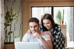 Couples utilisant l'ordinateur portatif Images stock