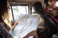 Couples utilisant la carte pour le voyage de voyage par la route Photos libres de droits