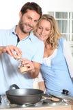 Couples utilisant la rectifieuse de peppper Image libre de droits