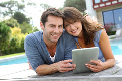 Couples utilisant la tablette Images stock