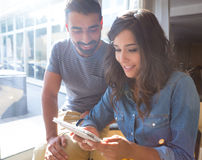 Couples utilisant la tablette Photos stock
