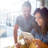 Couples utilisant la tablette Photographie stock