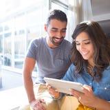 Couples utilisant la tablette Image libre de droits