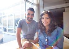 Couples utilisant la tablette Photos libres de droits