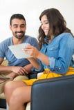 Couples utilisant la tablette Photo stock