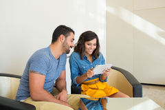 Couples utilisant la tablette Images libres de droits