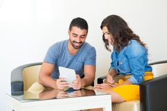 Couples utilisant la tablette Photo libre de droits