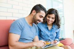 Couples utilisant la tablette Images stock