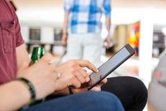 Couples utilisant la Tablette de Digital dans le club Photos stock