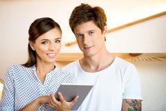 Couples utilisant la tablette digitale photos stock