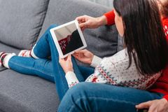 Couples utilisant la tablette digitale Images libres de droits