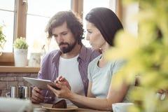 Couples utilisant la tablette digitale Photographie stock libre de droits