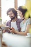 Couples utilisant la tablette digitale Image libre de droits