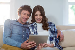 Couples utilisant la tablette digitale Photographie stock libre de droits