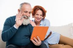 Couples utilisant la tablette digitale Images libres de droits