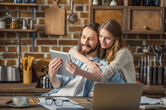 Couples utilisant la tablette digitale Images stock