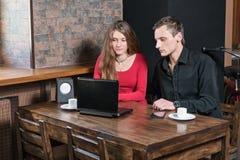 Couples utilisant la tablette en café Images libres de droits