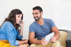 Couples utilisant la technologie Photo libre de droits