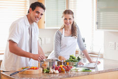 Couples utilisant le carnet pour rechercher la recette Photographie stock