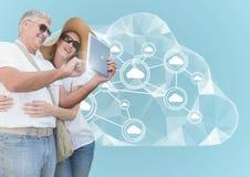 Couples utilisant le comprimé numérique sur le fond digitalement produit images stock