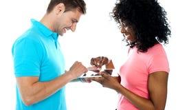 Couples utilisant le dispositif de garniture sans fil de contact Image stock