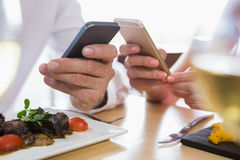 Couples utilisant le mobile image stock