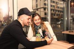 Couples utilisant le smartphone Image stock